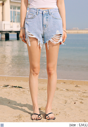 [BOTTOM] KELLY DAMAGE LIGHT DENIM SHORTS